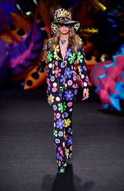 Stella Maxwell was a total cutie in her flower-power suit while walking the Moschino runway.