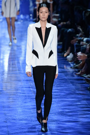 Liu Wen looked sharp in a white blazer with black lapels and pocket flaps while walking the Mugler runway.