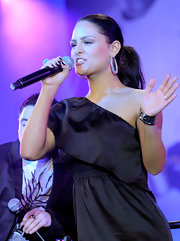 Pia Toscano performed on stage while wearing her long hair in a formal ponytail.