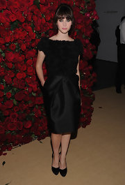 Felicity Jones was ultra chic in black at the MOMA soiree in NYC. She topped off her look with classic black pumps.