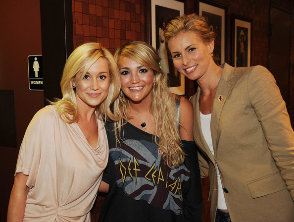Jamie Lynn Spears looked trendy in an off-the-shoulder shirt at the CMT Disaster Relief Concert.