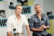 Andy Whitfield looked hunky in his blue plaid button-down at the 2010 Comic-Con.
