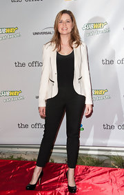 Jenna Fischer kept her red carpet look slightly casual with these black skinny pants.