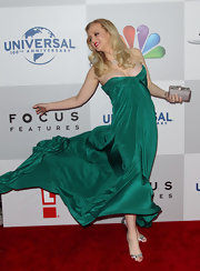 Wendi topped off her strapless emerald gown with silver sandals.