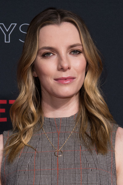Betty Gilpin wore her hair in soft waves at the Netflix FYSEE event for 'Glow.'
