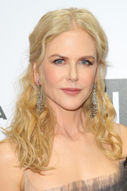 Nicole Kidman amped up the elegance with a pair of diamond chandelier earrings.