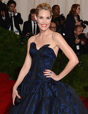Leslie Bibb accessorized her voluminous gown with a tiny woven clutch.