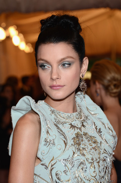 Jessica Stam finished off her elaborate styling with a pair of Lorraine Schwartz diamond chandelier earrings.
