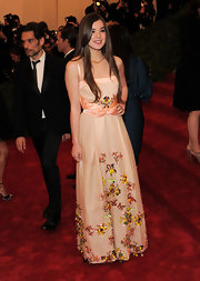 Hailee Steinfeld looked lovely at the Met Gala wearing a citrine necklace in 18-carat yellow gold.