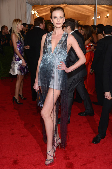 Anne V's fringed mini on the Met red carpet made her look like a '90s flapper.