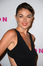 How gorgeous is this twirled retro updo of Serinda's?
