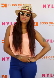 Eve added a retro touch to her look with a pair of clear-framed sunnies.