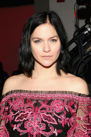 Leigh Lezark sported a casual wavy lob at the Naeem Khan fashion show.