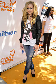 The smokey-eyed starlet sported messy, side-parted waves. Avril is known for these girlie and rocker-chic styles.