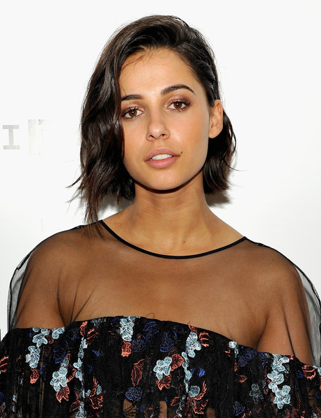 Naomi Scott Short Wavy Cut [naomi scott,hair,shoulder,hairstyle,beauty,eyebrow,black hair,lip,joint,premiere,long hair,wired cafe at comic-con,wired cafe,san diego,california,omni hotell,comic-con international 2016]