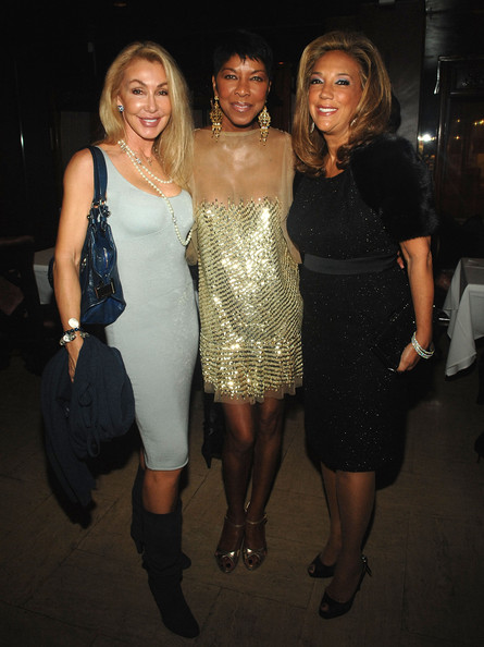 Linda Thompson was a knockout in her baby-blue curve-hugging tank dress.
