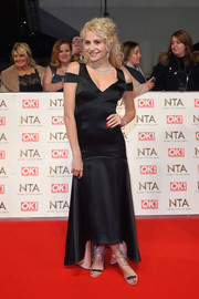 Pixie Lott hit the National Television Awards red carpet wearing a Temperley London high-low, cold-shoulder gown, in black with a pink lining.