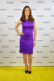 Jennifer Garner looked classic and sophisticated in a sleeveless shift dress.