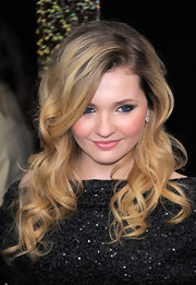 Abigail Breslin wore a pair of platinum and diamond drop earrings at the NYC premiere of 'New Year's Eve.'