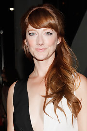 Judy Greer's gorgeous copper locks were flowing at the New York Film Festival. She created a cool retro vibe with the side-swept bangs, cat-eye liner and pale peach lips.