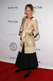 Uma dons a lovely gold evening coat with a satin peter pan collar and tie belt to Quentin Tarantino's Roast.
