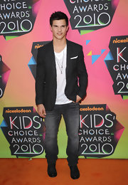 Taylor looked handsome in a crinkled blazer with dark denim and a white tee.