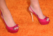 Nathalia Ramos showed off her sexy feet in a pair of platform slingbacks at Nick's Kids' Choice Awards.