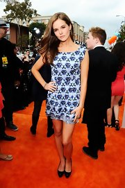 Zoey Deutch was playful at the Kids' Choice Awards in this blue print dress.