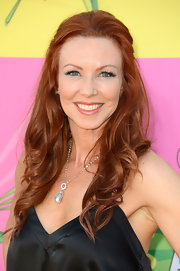 A loose and wavy half up, half down 'do gave Challen Cates a relaxed but still sexy look at the Kids' Choice Awards.