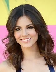 Victoria Justice opted for soft, delicate waves for her glamorous look at the 2013 KCAs.