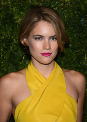 Cody contrasted her yellow-trimmed dress with a hot pink lip color.