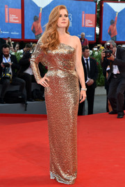 Amy Adams looked quite the diva in a gold Tom Ford one-shoulder gown, rendered entirely in square paillettes, at the Venice Film Festival premiere of 'Nocturnal Animals.'