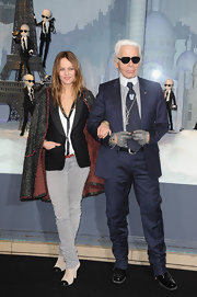 Vanessa Paradis cozied up to Karl Lagerfeld in a pair of gray skinny jeans and a black blazer.