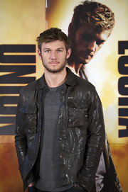 Alex stepped out for the 'I Am Number Four' premiere wearing a brown leather jacket. A simple gray t-shirt finished of his look.