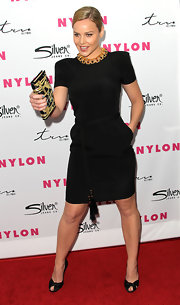 Abbie Cornish looked demure in black satin knotted pumps, which she teamed with an LBD and gold collar necklace.