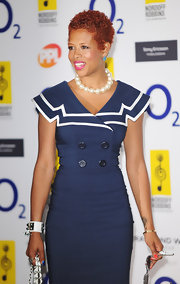 Kelis paired her navy dress with a large string of pearls.