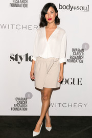 Nicole Warne completed her casual-chic ensemble with simple white pumps.
