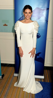 Maria Menounos looked oh-so-romantic in a white Marchesa evening dress with rose-embellished sleeves during the Oceana Partners Awards Gala.