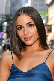 Olivia Culpo showed off a sleek mid-length bob while visiting 'Extra.'