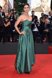 Jhumpa Lahiri looked very polished in a green strapless gown by Alberta Ferretti during the Venice Film Festival opening ceremony.