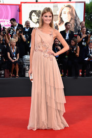 Constance Jablonski looked like a fairy in an asymmetrical nude Alberta Ferretti gown, featuring a tiered skirt and floral accents, during the Venice Film Festival opening ceremony.