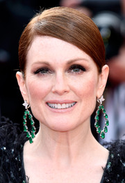 Julianne Moore glammed up her simple hairstyle with a pair of dangling emerald earrings by Chopard.