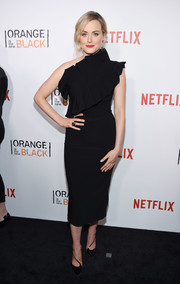 Taylor Schilling complemented her dress with a pair of black diagonal-strap pumps.
