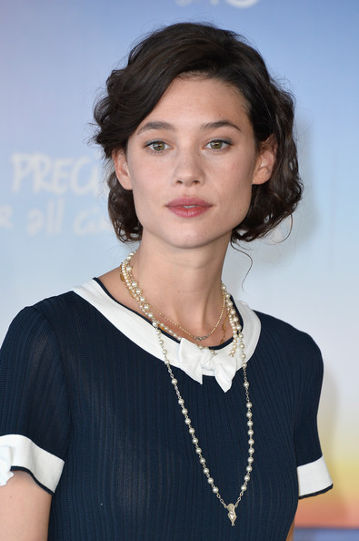 Astrid Berges Frisbey went for classic styling with these pearl necklaces at the 'I Origins' photocall.