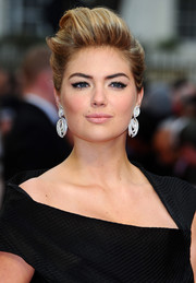 Kate Upton amped up the glam factor with a pair of dangling diamond earrings by Adler.