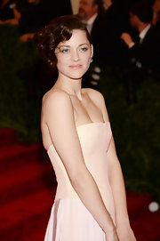 Marion Cotillard looked retro-chic with this curled faux finger-wave bob.