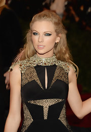 Taylor still kept some of a bit of a feminine touch with this soft and glossy lip.