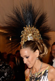 Sarah Jessica Parker looked totally punk and totally stylish with this golden and black Mohawk-style headdress.