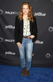 Lea Thompson teamed classic jeans with a print blouse and a black blazer for PaleyFest Los Angeles.