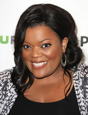 Yvette Nicole Brown attended PaleyFest 2012 wearing her hair in side knotted twist with a few long loose curls.